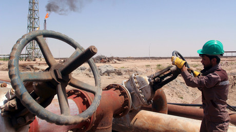 A worker checks the valve of an oil pipe at Al-Sheiba oil refinery in the southern Iraq city of Basra. © Essam Al Sudani