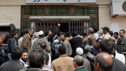 Libyan men queue for bank transactions in Benghazi (AFP Photo / Mahmud Hams)