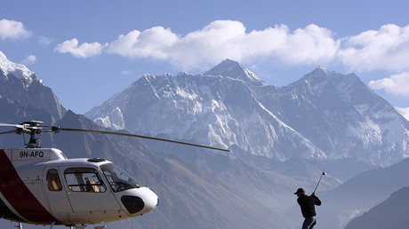 Golfer at the foot of Mount Everest © Gopal Chitrakar / Reuters